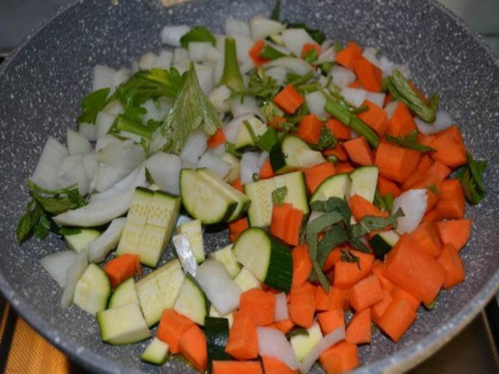 dado vegetale fatto in casa-mina in cucina-ricette di mina-ricette yoga-ricette vegane-cucina yoga-kriyayogaevolution-yoga busto-mina formisano-torta- verdure crude