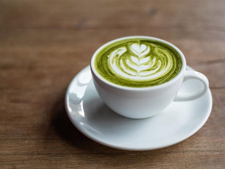 matcha latte a colazione-mina in cucina-ricette di mina-ricette yoga-ricette vegane-cucina yoga-kriyayogaevolution-yoga busto-mina formisano-colazioni alternative