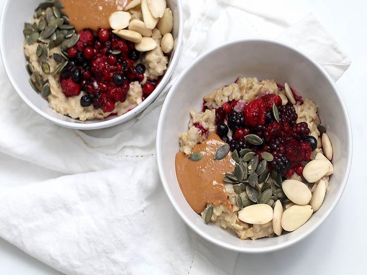 burro-di-mandorle-mina in cucina-ricette di mina-ricette yoga-ricette vegane-cucina yoga-kriyayogaevolution-yoga busto-mina formisano-con porridge