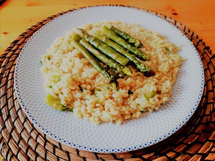 risotto con asparagi-mina in cucina-ricette di mina-ricette yoga-ricette vegane-cucina yoga-kriyayogaevolution-yoga busto-mina formisano-ricchi di vitamine